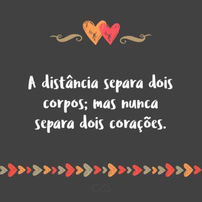 Frase de Amor - A distância separa dois corpos; mas nunca separa dois corações.