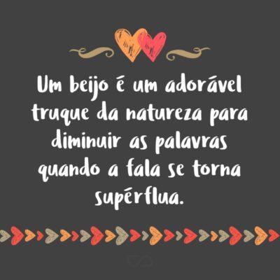Frase de Amor - Um beijo é um adorável truque da natureza para diminuir as palavras quando a fala se torna supérflua.