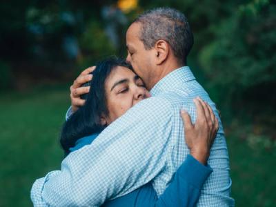 30 frases de abraço de amor que são um carinho por si só
